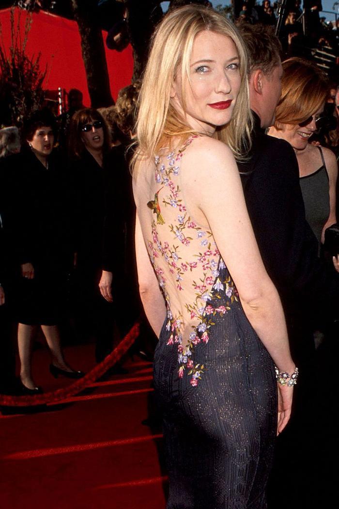 Trong lúc chờ thảm đỏ sáng đèn, cùng điểm lại 27 chiếc váy gợi cảm nhất lịch sử Oscar ảnh 14