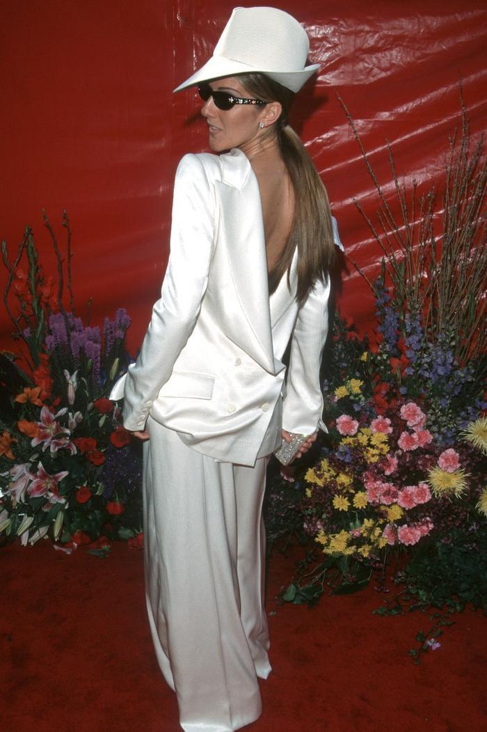 Trong lúc chờ thảm đỏ sáng đèn, cùng điểm lại 27 chiếc váy gợi cảm nhất lịch sử Oscar ảnh 15