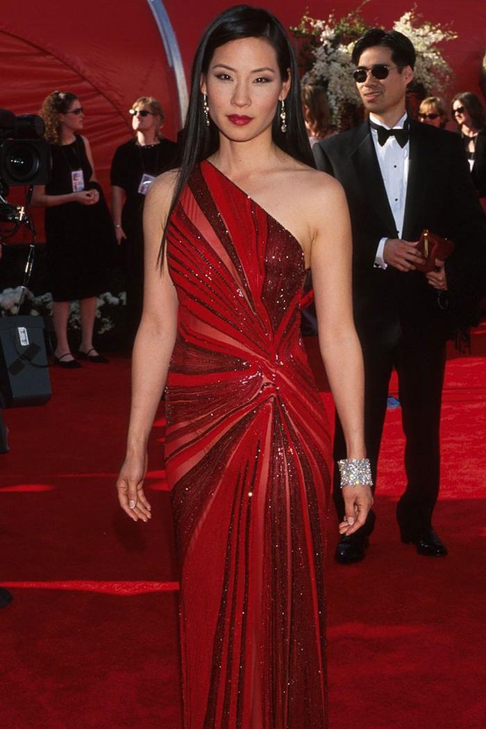 Trong lúc chờ thảm đỏ sáng đèn, cùng điểm lại 27 chiếc váy gợi cảm nhất lịch sử Oscar ảnh 16