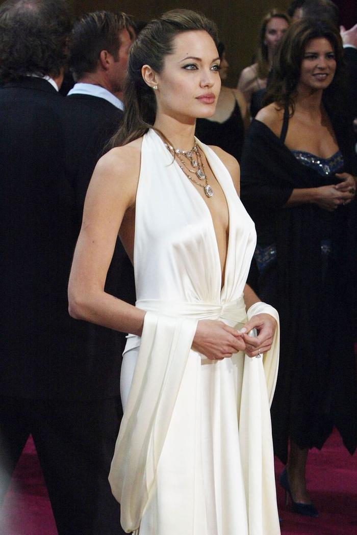 Trong lúc chờ thảm đỏ sáng đèn, cùng điểm lại 27 chiếc váy gợi cảm nhất lịch sử Oscar ảnh 19