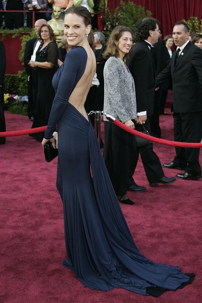 Trong lúc chờ thảm đỏ sáng đèn, cùng điểm lại 27 chiếc váy gợi cảm nhất lịch sử Oscar ảnh 20