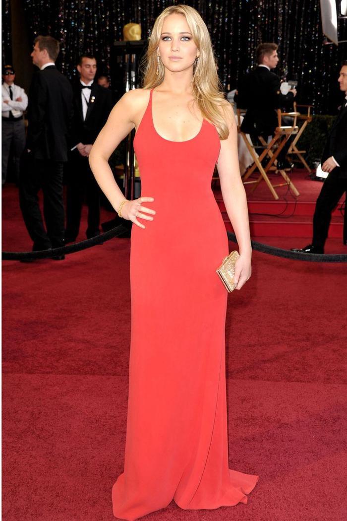 Trong lúc chờ thảm đỏ sáng đèn, cùng điểm lại 27 chiếc váy gợi cảm nhất lịch sử Oscar ảnh 22