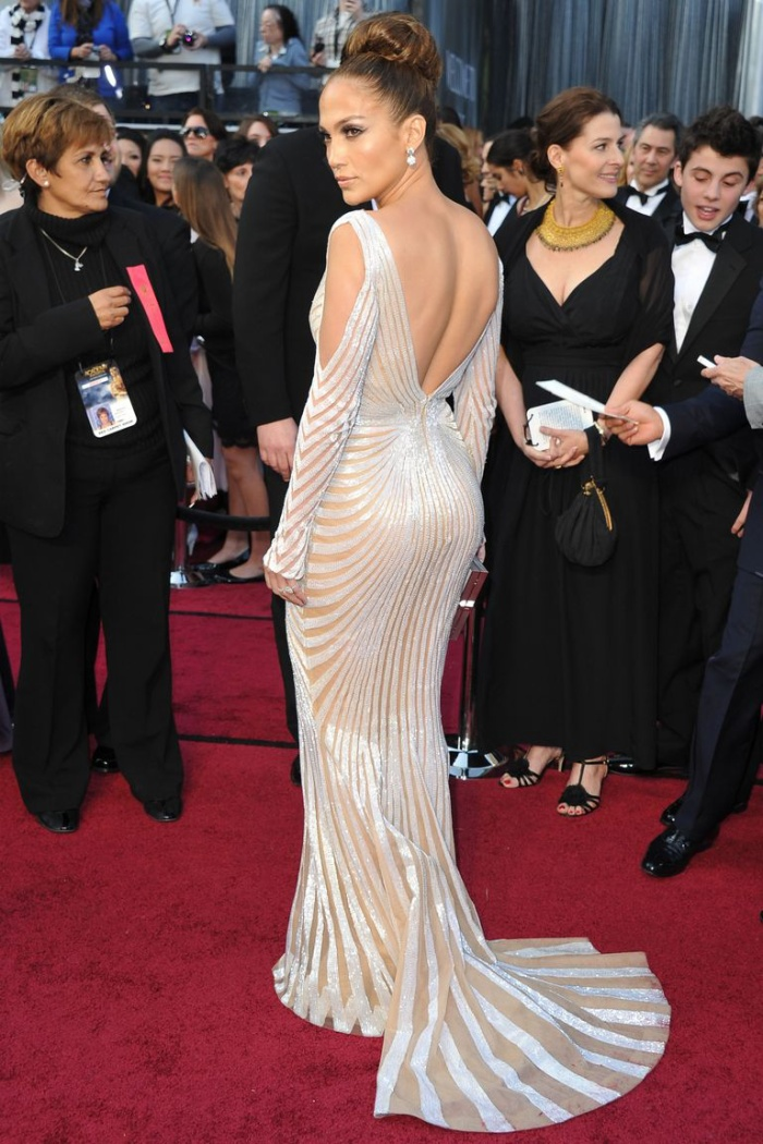 Trong lúc chờ thảm đỏ sáng đèn, cùng điểm lại 27 chiếc váy gợi cảm nhất lịch sử Oscar ảnh 23