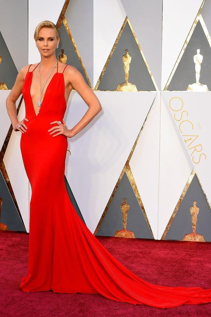 Trong lúc chờ thảm đỏ sáng đèn, cùng điểm lại 27 chiếc váy gợi cảm nhất lịch sử Oscar ảnh 24