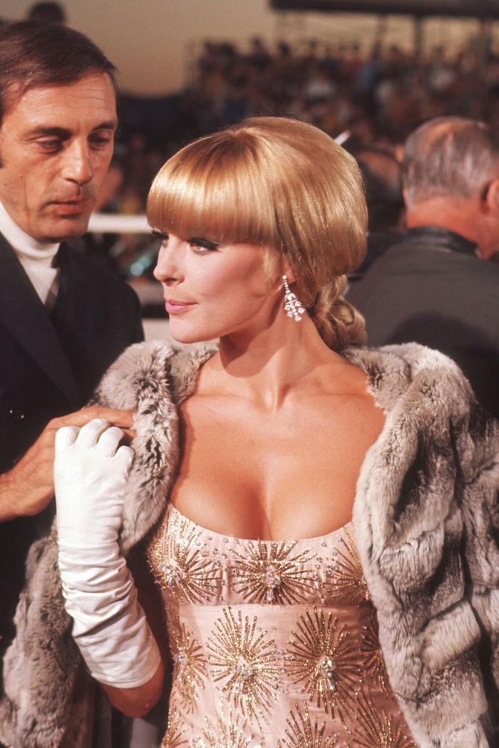 Trong lúc chờ thảm đỏ sáng đèn, cùng điểm lại 27 chiếc váy gợi cảm nhất lịch sử Oscar ảnh 3