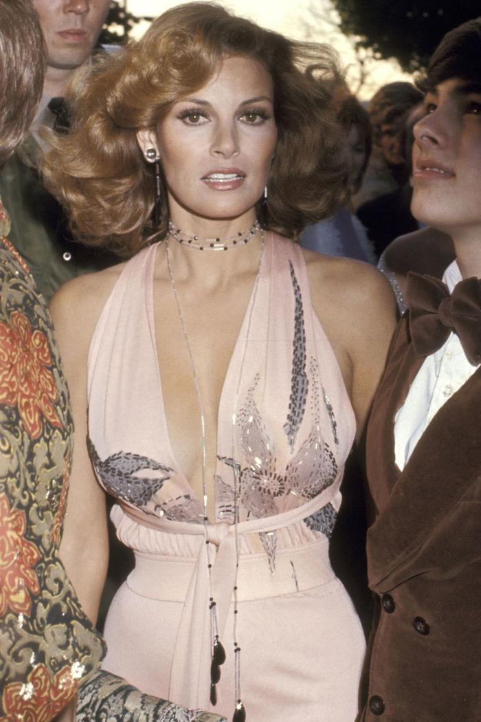 Trong lúc chờ thảm đỏ sáng đèn, cùng điểm lại 27 chiếc váy gợi cảm nhất lịch sử Oscar ảnh 5