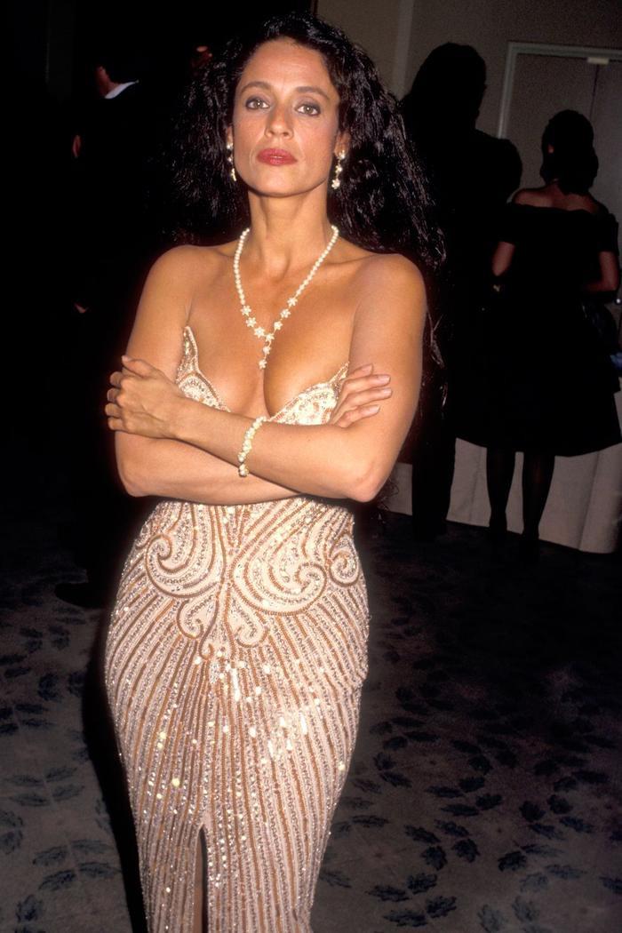 Trong lúc chờ thảm đỏ sáng đèn, cùng điểm lại 27 chiếc váy gợi cảm nhất lịch sử Oscar ảnh 7