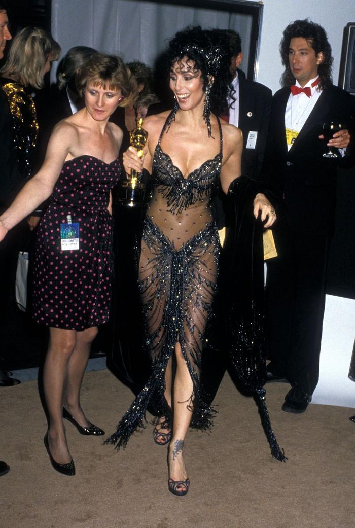 Trong lúc chờ thảm đỏ sáng đèn, cùng điểm lại 27 chiếc váy gợi cảm nhất lịch sử Oscar ảnh 8