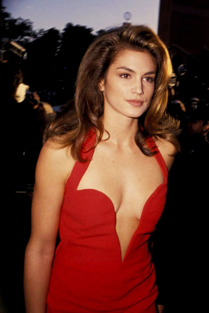 Trong lúc chờ thảm đỏ sáng đèn, cùng điểm lại 27 chiếc váy gợi cảm nhất lịch sử Oscar ảnh 9