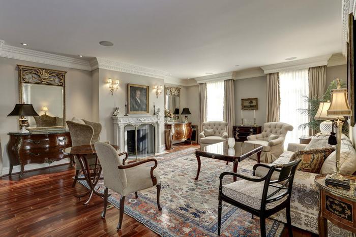 Trong khi đó, phòng khách lại được bày trí vô cùng ấm cúng với bộ sô pha trắng, ghế gỗ được thiết kế cầu kỳ và lò sưởi màu trắng sang trọng đi kèm hàng loạt các nội thất đắt tiền khác.(Ảnh: Redfin)
