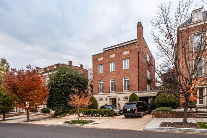 """Với khối tài sản """"siêu to khổng lồ"""" này, không khó hiểu khiJeff Bezos luôn mạnh tay sắm sửa đất đai, nhà cửa. Mới đây nhất, vị tỷ phúgiàu nhất thế giới đã được cho là mua thêm một căn biệt thự ở Washington (Mỹ) với giá 5 triệu USD (khoảng 116 tỷ đồng).(Ảnh: Redfin)"""