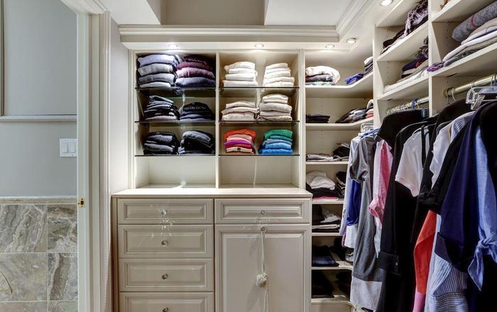 Phòng để quần áo riêng biệt với nhiều ngăn tủ và giá treo đồ.(Ảnh: Redfin)