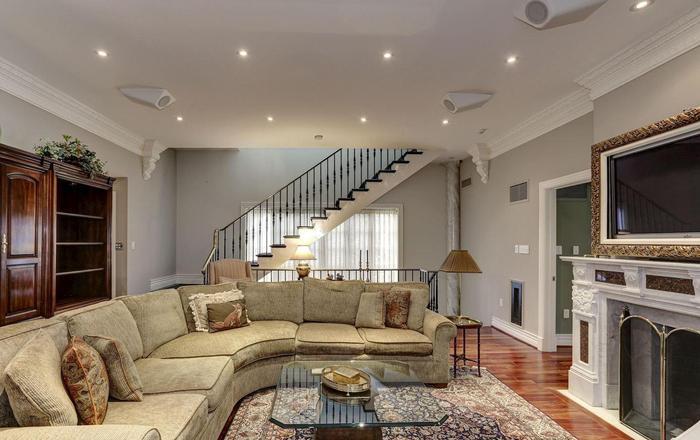 Căn phòng dành cho các thành viên gia đình được trang hoàng bộ sofa cỡ lớn và TV khung tranh được đặt ở phía đối diện để mọi người có thể xem các chương trình giải trí cùng nhau.(Ảnh: Redfin)