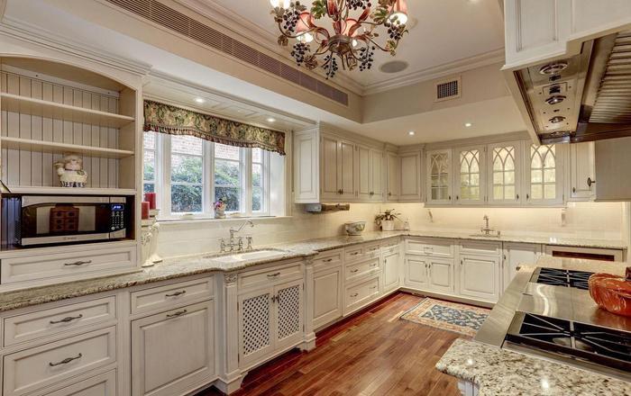Nhà bếp được thiết kế sang trọng và ấm cúng với tông màu be chủ đạo.(Ảnh: Redfin)