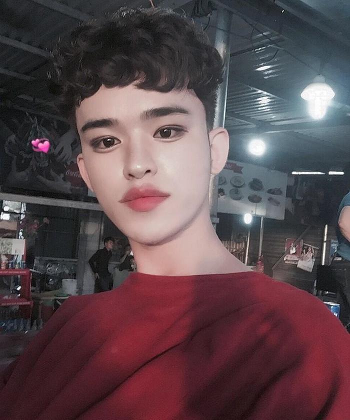Anh chàng được mọi người biết đến khi xuất hiện vớigương mặt make-up đậmtheo phong cách của các Ulzzang Hàn Quốc.