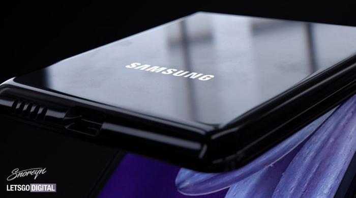 GSMArena nói khác với Galaxy Fold, Samsung sẽ không dùng lớp nhựa tráng lên tấm nền màn hình dẻo của Z Flip. Theo vào đó, nó sẽ sử dụng một lớp kính siêu mỏng. Điều thú vị nằm ở việc Samsung vẫn sẽ phủ nhựa lên trên lớp kính này để nếu màn hình bị xước, người dùng chỉ cần đơn giản thay lớp nhựa phủ lên trên. Từ đó, chi phí sửa chữa sẽ giảm xuống. (Ảnh: letsgodigital)