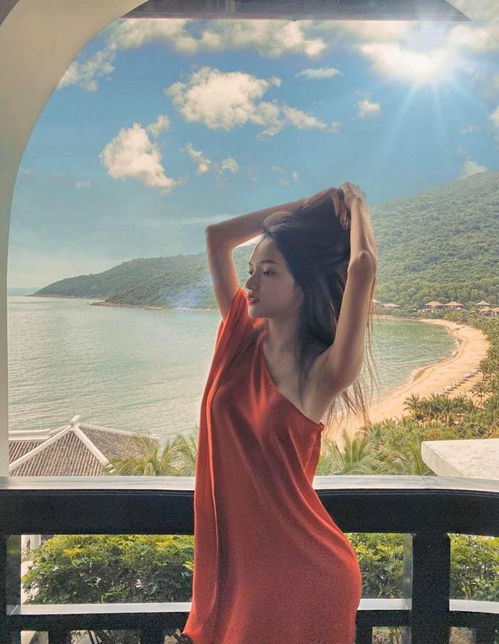 Vóc dáng và làn da hoàn hảo của Hoa hậu Hương Giang khiến ai nhìn cũng phải trầm trồ ngưỡng mộ.Làn da ngọc ngà trắng mịn, nuột nà luôn đượcnữ ca sĩ phô diễn một cách triệt để và khéo léo bằng những trang phục có màu sắcnổi bật.