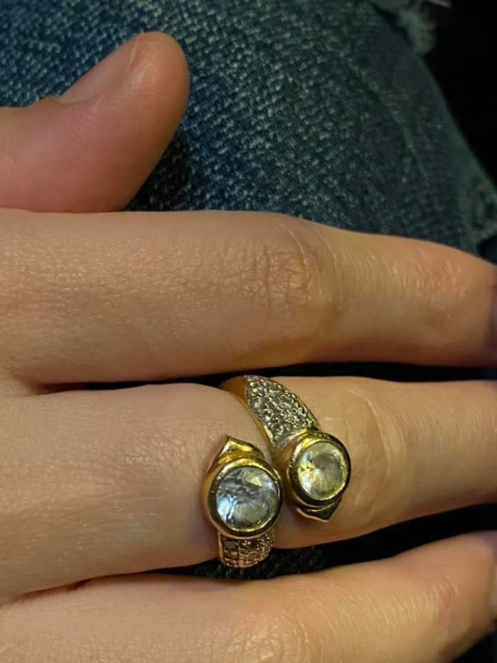 Chiếc nhẫn bị vợ Daryl tháo ra, đặt sang một bên trong lúc dùng bữa.
