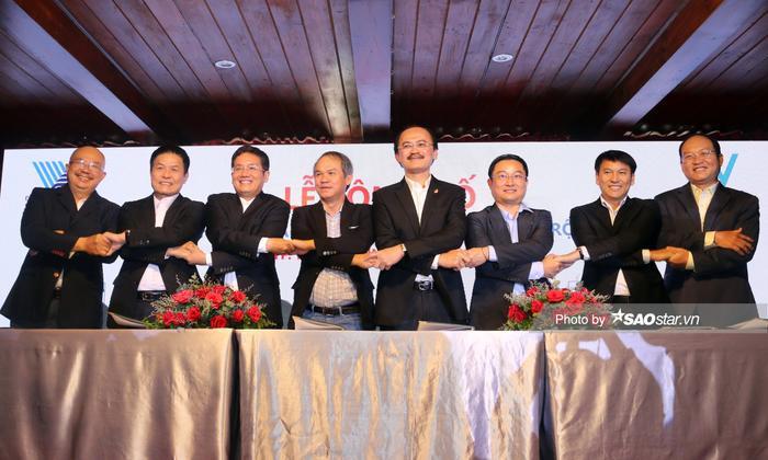 Cái siết chặt tay của 8 ông chủ hứa hẹn kiến tạo thêm một con đường mới để nâng tầm bóng đá Việt Nam từ bệ phóng sân chơi học đường.