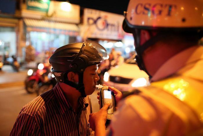 Những ngày cận Tết Canh Tý 2020, người dân Việt Nam cũng rất quan tâm đến việc có thể bị phạt vì nồng độ cồn khi tham gia giao thông. (Ảnh: Độc Lập / Thanh Niên)