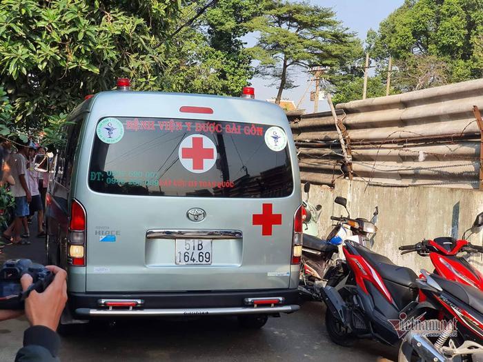 Xe cứu thương đưa thi thể các nạn nhân đi giám định. Ảnh: báo Vietnamnet