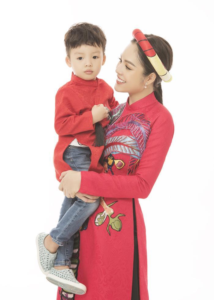 Mẹ con Dương Cẩm Lynh diện áo dài cực xinh trước thềm xuân Canh Tý 2020 ảnh 6