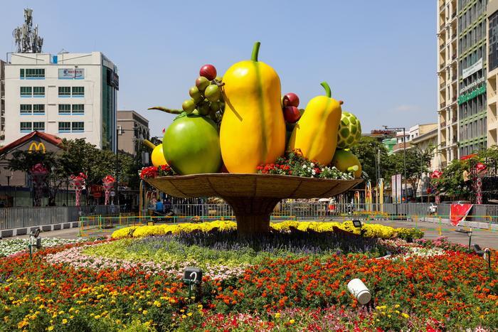 """Mâm ngũ quả """"khổng lồ"""" góp phần tạo thêm điểm nhấn đặc biệt cho đường hoa Nguyễn Huệ 2020"""