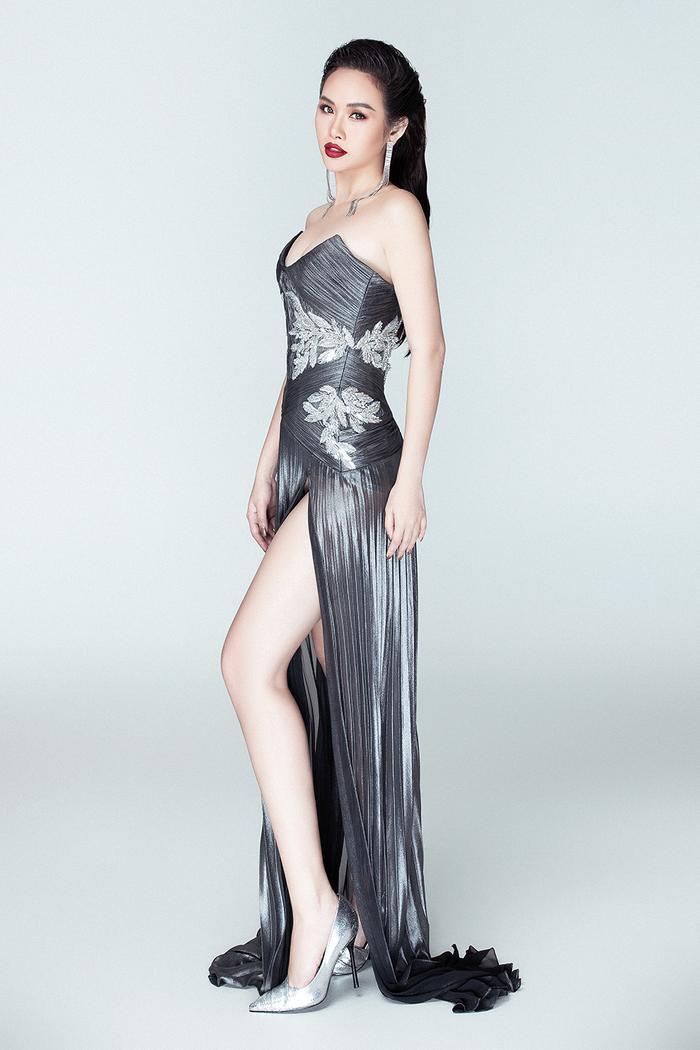 Đầm màu ghi xám với thiết kế cúp ngực xẻ đùi cao chót vót