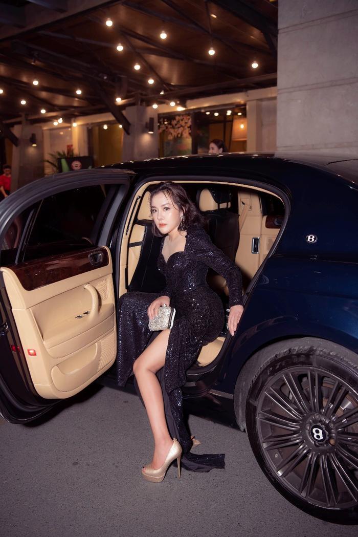 Nữ doanh nhân đi xe sang đến tham dự sự kiện.