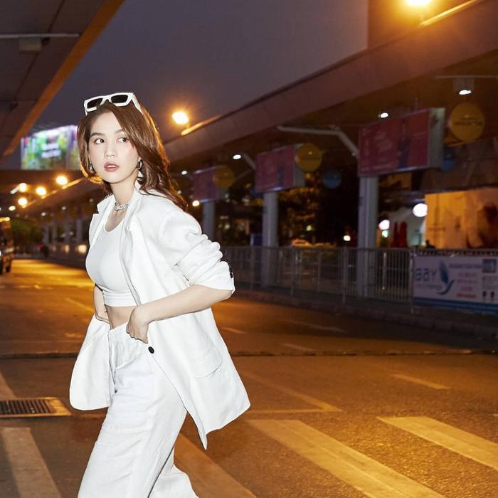 Xuống phố cùng Ngọc Trinh: Gam màu trắng tưởng chừng đơn giản nhưng lại cực cuốn hút và trendy ảnh 11