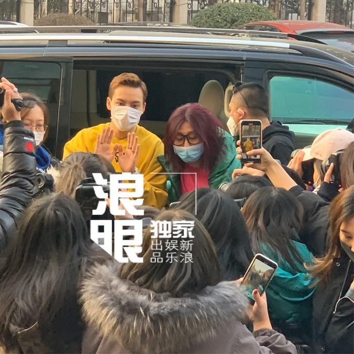 Triệu Vỹ Đình được fan hâm mộ săn đón nồng nhiệt khi chỉ vừa bước xuống xe đã có rất nhiều phóng viên săn đón