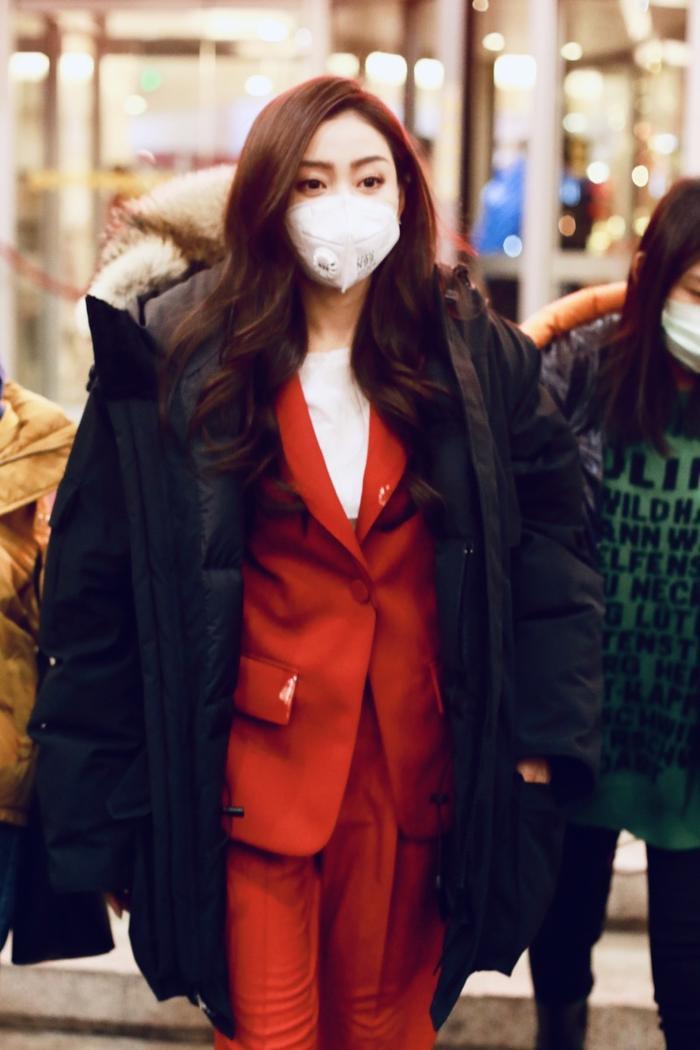 Trương Thiên Ái xuất hiện với bộ suit đỏ vô cùng hợp với không khí mùa xuân đang đến.