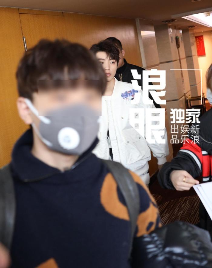 Là một trong những thành viên chủ chốt của sự kiện, Vương Tuấn Khải đã tham ra gala của CCTV trong nhiều năm liền. Năm nay, anh chàng có mặt từ khá sớm. mặc dù diện trang phục khá đơn giản. Nhưng anh chàng vẫn khiến fan hâm mộ phải xuýt xoa vì độ đẹp trai của mình