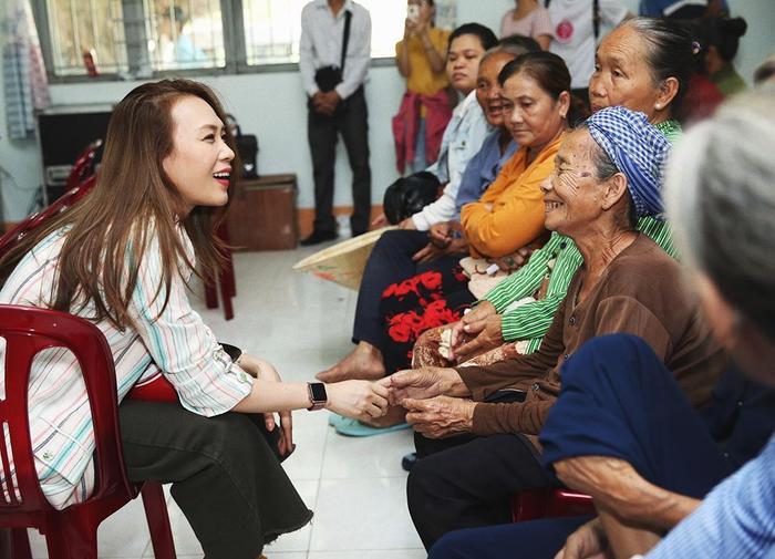 Mỹ Tâm vui vẻ thăm hỏi các cụ tại địa điểm thiện nguyện.