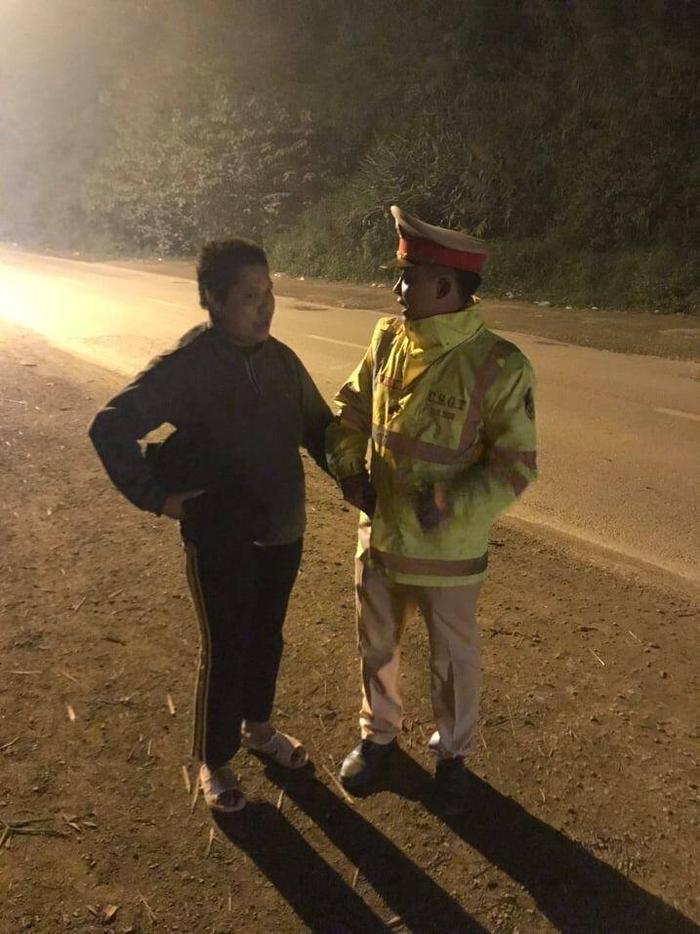 Lực lượng CSGT trong lúc đang tuần tra đã bất ngờ phát hiện một người phụ nữ đang đi lang thang trên đường có dấu hiệu bất thường. Ảnh: ATGT