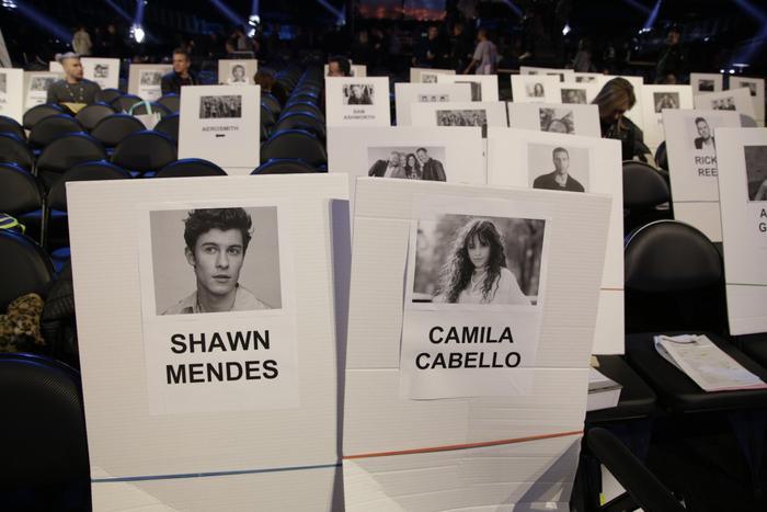 Shawn Mendes tất nhiên không thể ngồi xa Camila Cabello.
