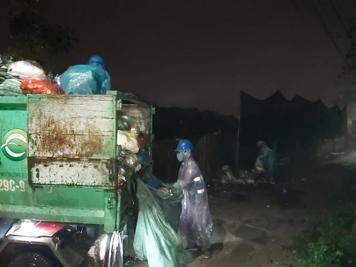 Dù đây là đêm 30 Tết nhưng những người công nhân dọn vệ sinh môi trường vẫn miệt mài làm việc, cố gắng hoàn thành tốt công việc của mình trước khi về nhà đón năm mới cùng gia đình. Ảnh Facebook Hoàng Tùng Lâm