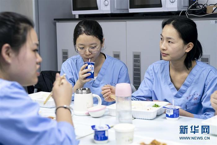 Trên gương mặt mỗi người thoáng nét mệt mỏi sau nhiều giờ oằn mình chống lại bệnh viêm phổi corona. Ảnh Tân Hoa Xã