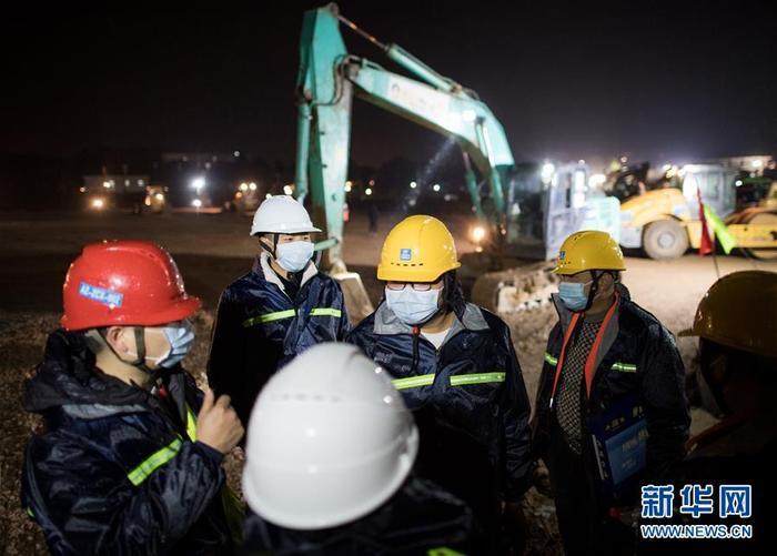 Ngoài đường dù có vắng bóng người tới đâu thì trong công trường xây dựng này, lượng công nhân làm việc vẫn rất đông. Ảnh Tân Hoa Xã