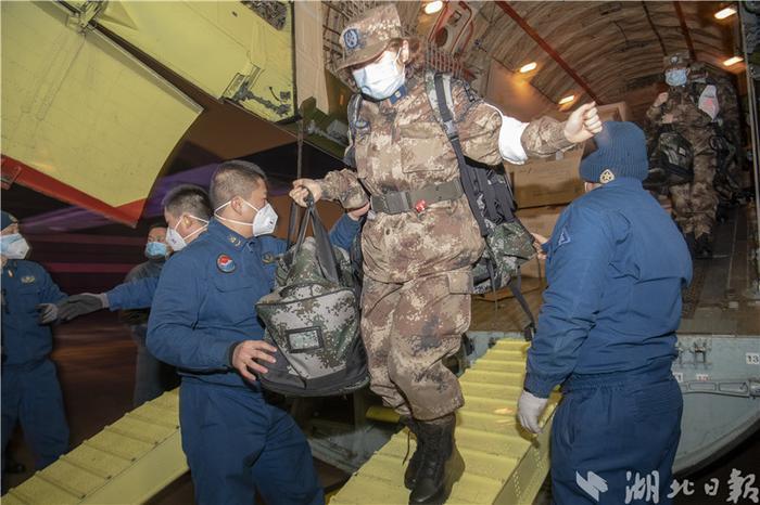 Lúc 11h40 đêm 24/1 (tức đêm 30 Tết theo giờ địa phương), 150 bác sĩ quân y bước xuống từ cabin tại sân bay Thiên Hà, Vũ Hán, với hành lý và lượng lớn vật tư y tế. Thay vì đón Tết nguyên đán cùng gia đình, các bác sĩ này đã tới Vũ Hán để hỗ trợ các bác sĩ ở đây. Ảnh Sina