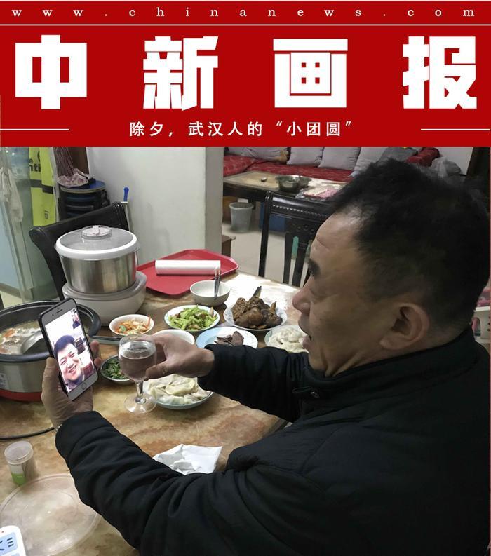 Bữa cơm tất niên nhưng chỉ có một mình. Người đàn ông gọi cho người thân, chúc tết qua điện thoại. Ảnh Sohu