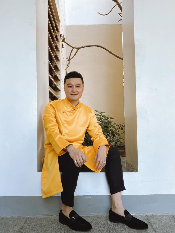 Quang Vinh cũng diện một chiếc áo dài vàng như cậu bạn thân để chào 2020.