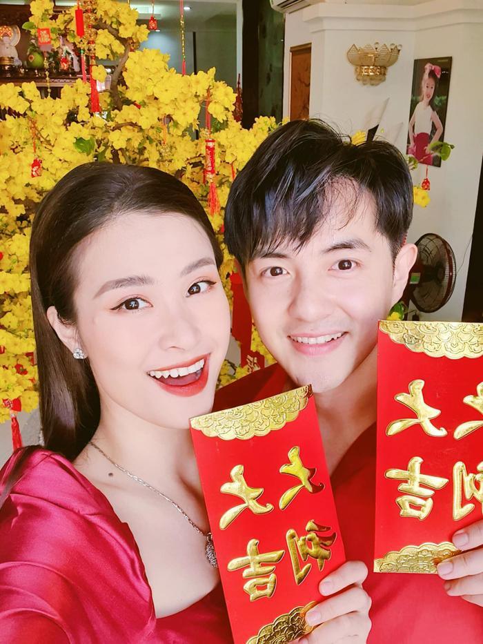 """Đôi vợ chồng son Đông Nhi – Ông Cao Thắng đã """"lót bao"""" sẵn đợi khách tràn qua chúc mấy câu mặn mà."""