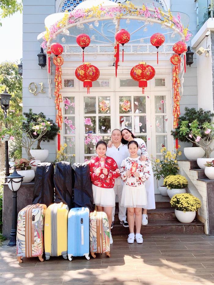 """Gia đình Minh Khang – Thúy Hạnh """"xuất hành"""" đi chơi Tết cùng dàn vali """"khủng""""."""