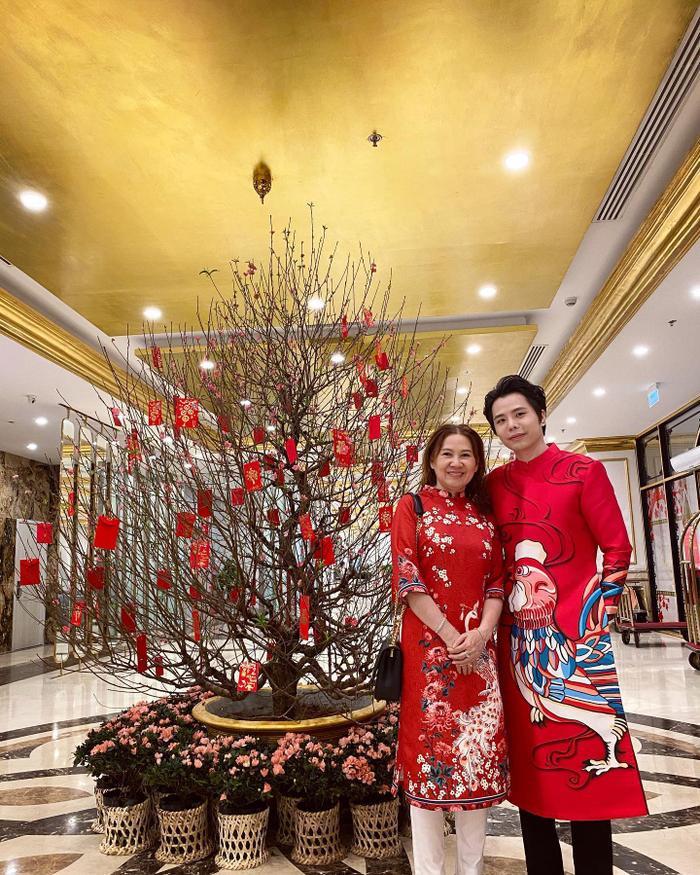 Mẹ con Trịnh Thăng Bình diện áo dài đỏ rực, nam ca sĩ chia sẻ năm nay rất hạnh phúc vì có mẹ cùng đón Tết.