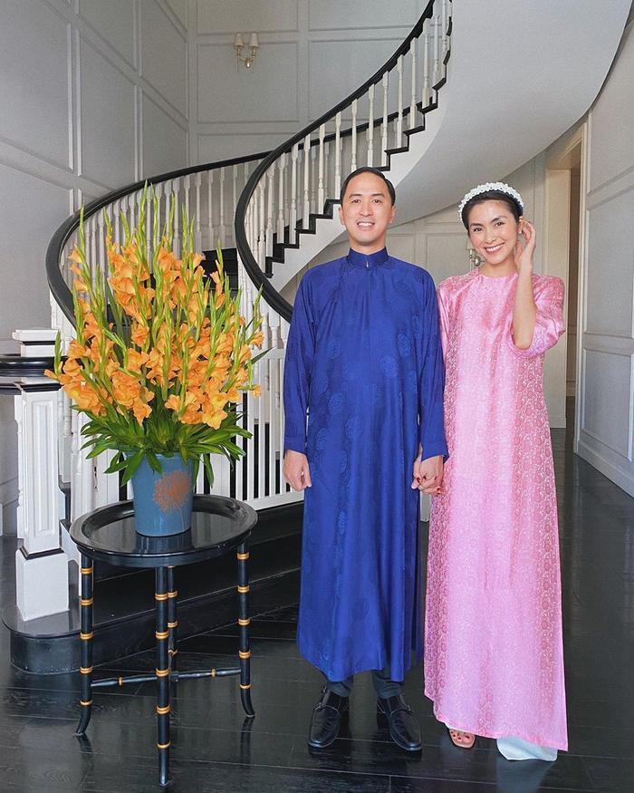 Vợ chồng Tăng Thanh Hà – Louis Nguyễn diện áo dài truyền thống ngày mùng 1 Tết.