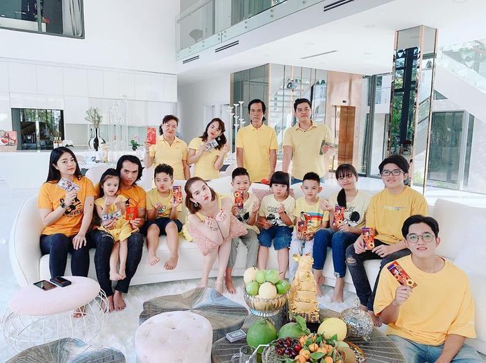 Đại gia đình Ngọc Trinh diện áo vàng rực mừng năm mới tại nhà mới của cô.