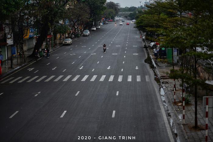 Không còn cảnh dòng người chen chúc, các con đường Thủ đô trở nên thưa thớt người qua lại.
