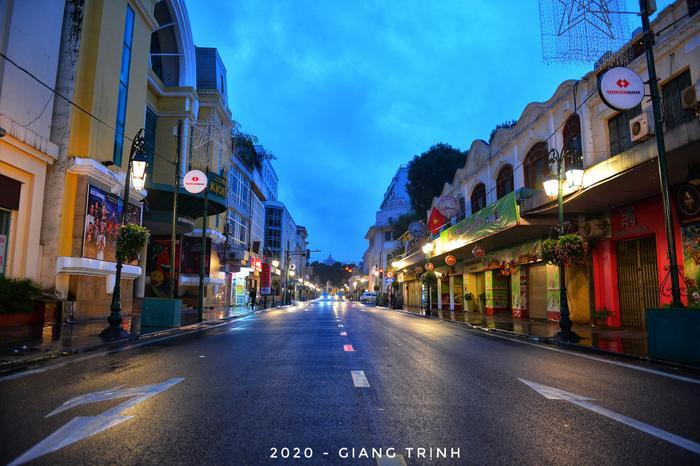 Sáng mùng 1 Tết Nguyên đán Canh Tý, Hà Nội vắng vẻ, thanh bình dưới cơn mưa phùn đầu năm.