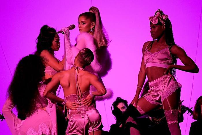 Ariana giật spotlight, đại diện châu Á BTS gây ấn tượng cùng loạt tiết mục cứu rỗi mùa Grammy thảm hoạ ảnh 2